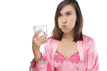 enjuague bucal: Mujer enjuague y gárgaras mientras usa enjuague bucal de un vaso, aislado en fondo blanco