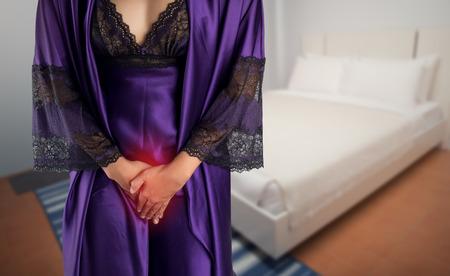 La mujer con ropa de dormir de satén púrpura y túnica se despierta para ir al baño. Personas con problemas de la vejiga urinaria