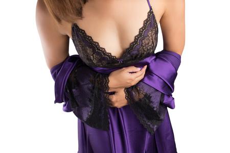 トイレに行くのために紫色のサテンのナイトウェアをきっかけに女性が白い背景の分離します。