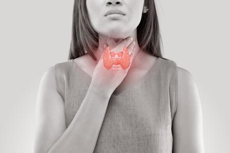 女性甲状腺コントロール。白い背景の上で孤立した者の喉の痛み。 写真素材