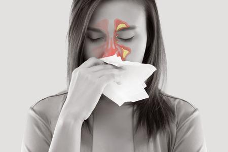 Asiatische Frauen in der Satin-Nachtwäsche, die und Kurve gegen weißen Hintergrund, Stauballergien, Grippe, Leute sich unwohl fühlen, die kalt gefangen werden und Allergie
