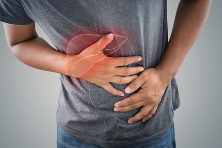 La photo du gros intestin est sur le corps de l'homme sur fond gris, les personnes souffrant de maux d'estomac concept de problème, l'anatomie masculine Banque d'images