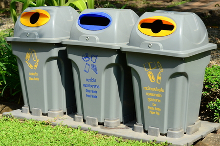 A separate garbage bin allows easy separation of waste.