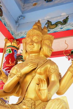 Chinese art shrine in Thailand. It is the worship of people in Chonburi, Thailand. Chinese sculpture Made of stone decorated inside the shrine area. Chinese dragon statue Chinese decoration According to Buddhist beliefs. In chinese shrine Imagens