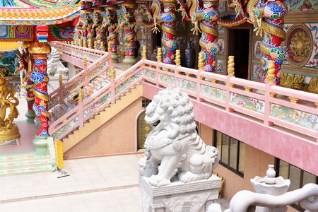 Chinese art shrine in Thailand. It is the worship of people in Chonburi, Thailand. Chinese sculpture Made of stone decorated inside the shrine area. Chinese dragon statue Chinese decoration According to Buddhist beliefs. In chinese shrine Standard-Bild