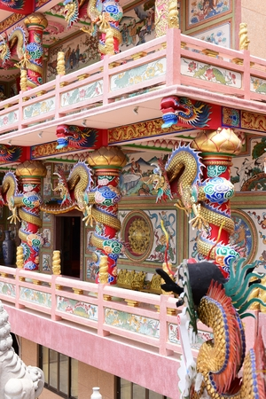 Chinese art shrine in Thailand. It is the worship of people in Chonburi, Thailand. Chinese sculpture Made of stone decorated inside the shrine area. Chinese dragon statue Chinese decoration According to Buddhist beliefs. In chinese shrine Banco de Imagens