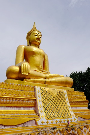 Burmese art Thai style mixed Thai art. The border of Thailand, Myanmar, Sangklaburi, Kanchanaburi, Thailand. Golden Buddha 스톡 콘텐츠