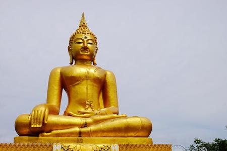 Burmese art Thai style mixed Thai art. The border of Thailand, Myanmar, Sangklaburi, Kanchanaburi, Thailand. Golden Buddha Banque d'images
