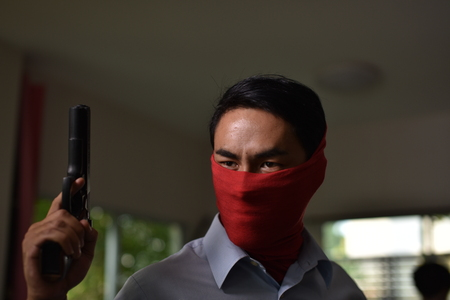 Thieves intruded into the house. Dangerous Concepts close.A gunman carrying firearms invades the house.