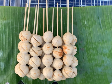 Ball meatballs, skewers, put on banana leaves, green pork balls Banco de Imagens