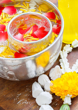 Water in bowl mixed with perfume and vivid flowers corolla , Songkran festival in Thailand Zdjęcie Seryjne - 27302787