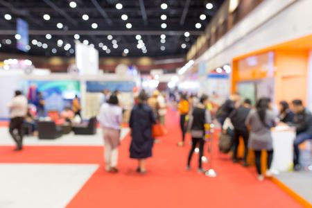 Exposición de eventos borrosa abstracta con fondo de personas, concepto de espectáculo de convenciones de negocios.