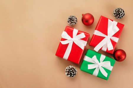 Christmas and new year with gift box wrapped with kraft brown paper and red ribbon on wooden table background top view. 版權商用圖片 - 158260738