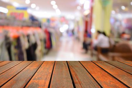 wazig beeld houten tafel en abstracte mensen winkelen in supermarkt