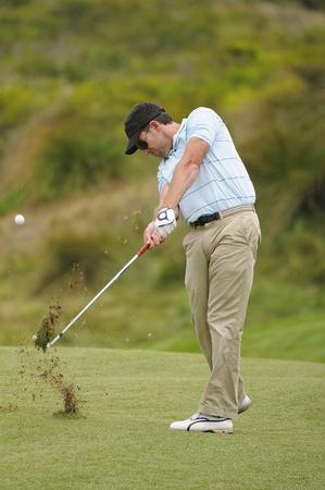 Golfer hitting the ball on the fairway  Standard-Bild