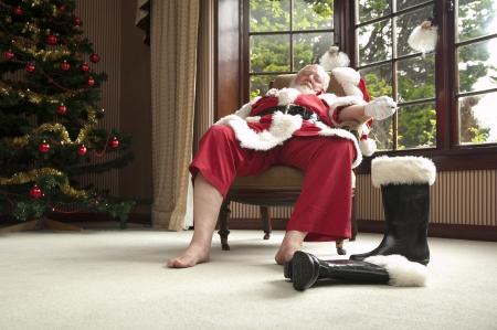 weihnachtsmann lustig: Santa beruht nach seiner gro�en Nacht Lizenzfreie Bilder