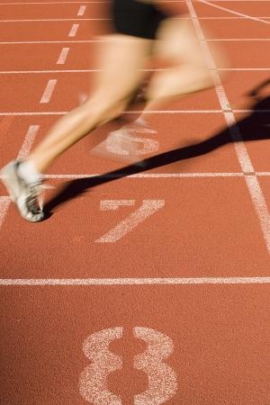 pista de atletismo: Sprinter termina la carrera