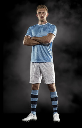 jugando futbol: Retrato del jugador de fútbol en el estudio Foto de archivo