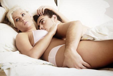 sex: Een jong stel samen in bed Stockfoto