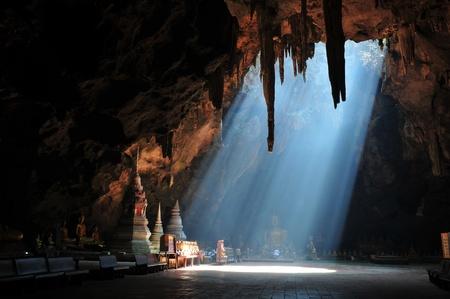cueva: Sunbeam en cueva Foto de archivo