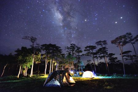 noche estrellada: Camping en la vía láctea en el parque nacional de Phu-Soi-Dao, Tailandia Foto de archivo