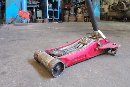 Hydraulic car jack to lift car