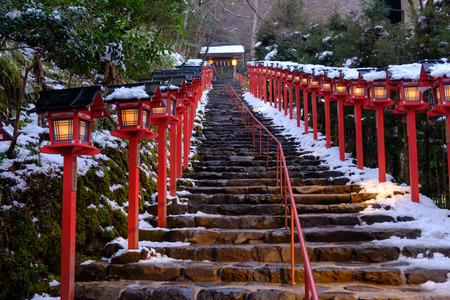 The lantern-lined steps in winter snow at Kibune 版權商用圖片