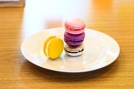 Coloroful フレンチマカロンのテーブルとコーヒー、カプチーノ