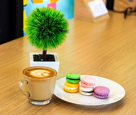 バッチ テーブルでコーヒー、coloroful フランスのマカロンのカプチーノ