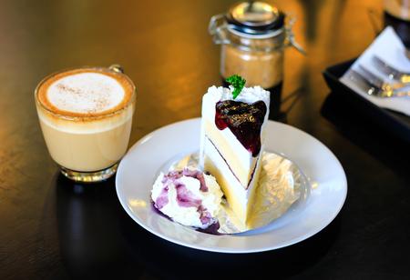 上にブルーベリーとコーヒー、カプチーノのチーズケーキ