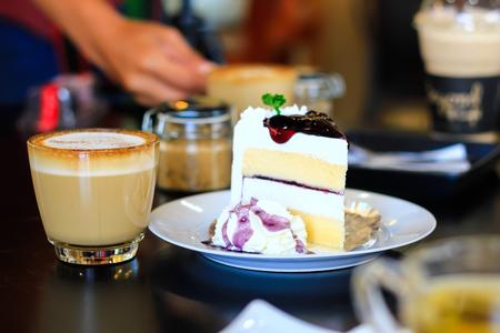 トップとコーヒー、カプチーノのブルーベリー チーズ ケーキ