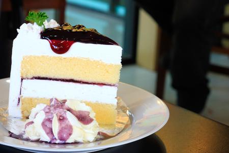 チーズケーキの上にブルーベリー、コーヒー、カプチーノ