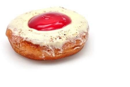 Donut mit Marmelade auf weißem