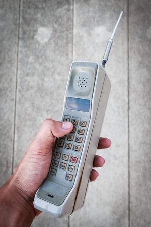 Oude mobiele telefoon met behulp van door de mens de hand