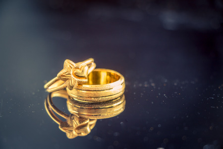 anillos de matrimonio: anillo de oro puso sobre la mesa (concepto del amor)