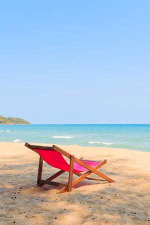 stoel op het mooie strand Stockfoto