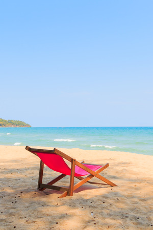 Stuhl am wunderschönen Strand Standard-Bild - 37912490