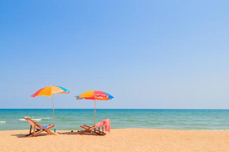 Liegestuhl und Sonnenschirm am Sandstrand Standard-Bild - 38180976