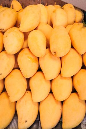verse mango op verkoop bij markt Stockfoto