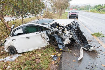 Ongeval auto-ongeluk met boom op de weg Stockfoto