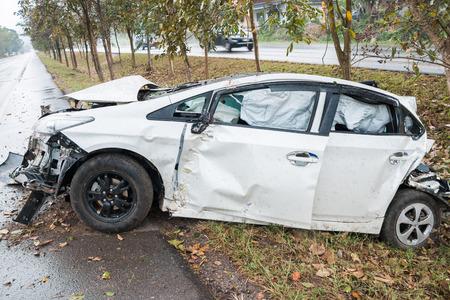Unfall Autounfall mit Baum auf der Straße Lizenzfreie Bilder