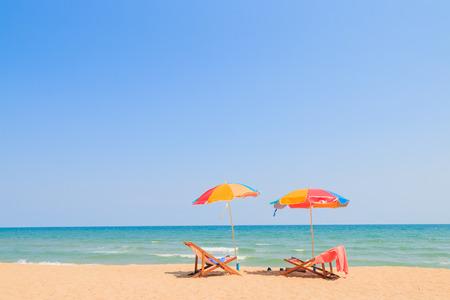 Liegestuhl und Sonnenschirm am Sandstrand Standard-Bild - 38883791