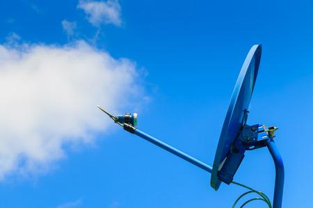 Satellitenschüssel auf Himmel Hintergrund