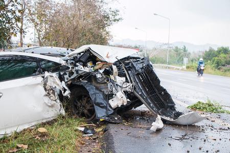 Unfall Autounfall mit Baum auf der Straße Standard-Bild - 40086542