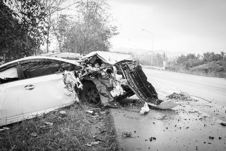 De neerstorting van de ongevallenauto met boom op de weg