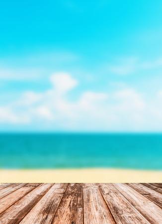 Wazig beeld van de hemel zee met houten onder voor put-producten.