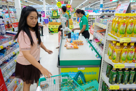 BANGKOK - 23 juli: Mensen winkelen bij Tops Suppermarket op 23 juli geïdentificeerde mensen lopen in de supermarkt om alles wat ze willen kopen.