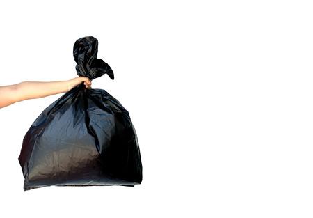 basura: Bolsa de basura que sostiene mano de la mujer aislada en el fondo blanco