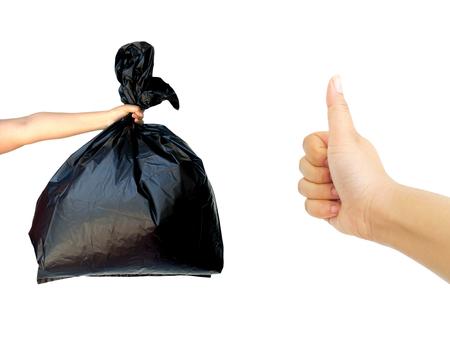 basura: Mujer mano que sostiene bolsa de basura con la mano que muestra el pulgar hacia arriba aislados en fondo blanco