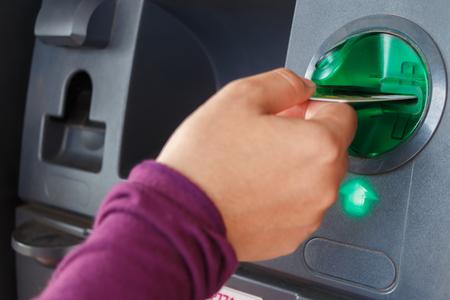 ATM close-up mit der Hand Frau